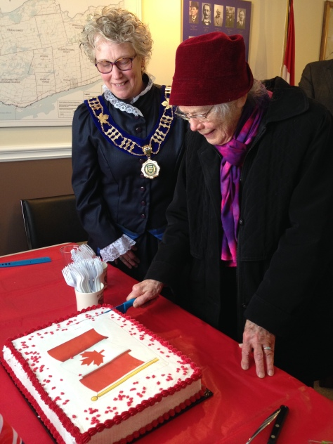 shirley-cutting-the-150th-cake